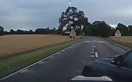 Κρύφτηκε στα χωράφια για να αποφύγει τη μανία ενός εκνευρισμένου οδηγού (video)