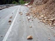 Τραυματίστηκε οδηγός στην Ε.Ο. Πούντας - Καλαβρύτων από πτώση βράχων