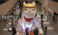 Οι Κινέζοι γιορτάζουν τη 'Χρονιά του Σκύλου' με ένα άγαλμα με τη μορφή του Τραμπ (video)