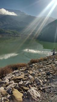 Ένα θείο φως την ώρα που πέφτει ο Σταυρός στο νερό, στη λίμνη Ντασκά!