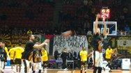 Πανό για την 16χρονη Αχέντ Ταμίμι σήκωσαν οι οπαδοί της ΑΕΚ στην Πάτρα! (φωτο)