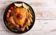 Συνταγή για κοτόπουλο στη γάστρα με πατάτες και καρότο
