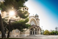 Drone πετάει πάνω από τον Ι.Ν. του Αγίου Ανδρέα με την πόλη της Πάτρας... στο βάθος (video)
