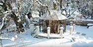 Δείτε από ψηλά το χιονισμένο εκκλησάκι της 'Παναγίας της Πλατανιώτισσας' στα Καλάβρυτα (video)
