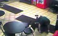 Υπάλληλοι πιτσαρίας ακινητοποιούν κλέφτη και όταν του βγάζουν την μάσκα... (video)