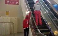 Ανέβηκε τις κυλιόμενες σκάλες με το ένα χέρι (video)
