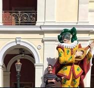 'Βουλιάζει' το ιστορικό κέντρο της Πάτρας από τον κόσμο