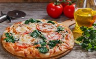 Πίτσα με σπανάκι, ντομάτα και παρμεζάνα