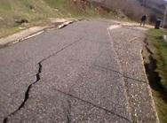 Τρίκαλα: Άνοιξε στα δύο δρόμος στο Γοργογύρι