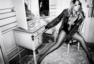 H Mariah Carey αδυνάτισε και ποζάρει με διχτυωτό καλσόν και σέξι κορμάκια (pics)