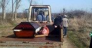Μεθυσμένος ιερές πήγε στην κηδεία με τρακτέρ δίπλα στο φέρετρο!