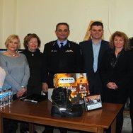 Ζάκυνθος: Φιλλεληνίδες από Αγγλία και Αυστραλία προσφέρουν μπότες στους πυροσβέστες