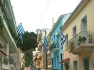 Το γραφικό δρομάκι της Πάτρας, όπου κυματίζουν οι ελληνικές σημαίες!