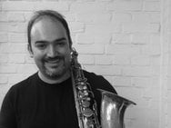 Θάνος Αθανασόπουλος - Ο μουσικός της τζαζ που γράφει ιστορίες από τη... γυάλα του!