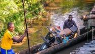 Ταξιδεύοντας στην Αφρική με όχημα μια... βέσπα