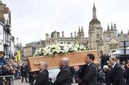 Πλήθος κόσμου στην κηδεία του Στίβεν Χόκινγκ (φωτο)