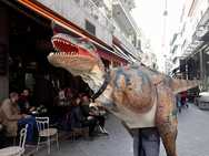 Ένας δεινόσαυρος στον πεζόδρομο της Ρήγα Φεραίου στην Πάτρα! (pics)