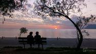 Σιλουέτες με φόντο το μαγικό ηλιοβασίλεμα, στην Αγυιά της Πάτρας (φωτο)