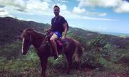 Ο Γιώργος Λιανός ποζάρει πάνω σε άλογο!
