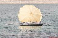 Πλαζ Πάτρας: Καθένας με την τρέλα του και αυτός με την ομπρέλα του (pics)