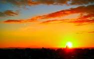 Η στιγμή που το ηλιοβασίλεμα 'στεφανώνει' τον τρούλο του Αγίου Ανδρέα