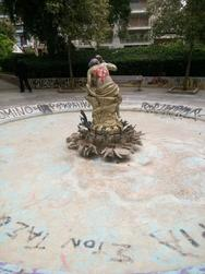 Πάτρα: Το άγαλμα και το σιντριβάνι της πλατείας Όλγας που έχει γίνει εστία μόλυνσης!