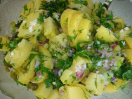 Μαγειρέψτε πατατοσαλάτα με φρέσκο κρεμμύδι και τσίλι