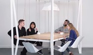 Τραπεζαρία αντί για καρέκλες, έχει κούνιες (video)