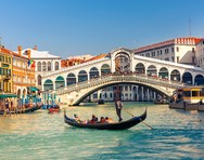 Βενετία: Τοποθετήθηκαν μεταλλικές μπάρες για τον περιορισμό της διέλευσης των τουριστών