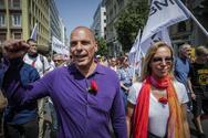 Γιάνης Βαρουφάκης: Πρωτομαγιά στην πορεία, με γαρύφαλλο (pics)