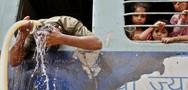 Στο Πακιστάν «ψήνονται» από τη ζέστη