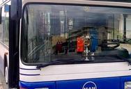 """Πάτρα: Λεωφορείο του Αστικού ΚΤΕΛ """"κόλλησε"""" εξαιτίας διπλοπαρκαρισμένου Ι.Χ."""