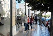 Πάτρα: Λιγοστά τα μαγαζιά που 'ανεβάζουν' ρολά, 'θυσιάζοντας' την αργία της Κυριακής