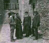 Πίσω στο 1930 - Μοναχοί και επισκέπτες συζητούν στο εσωτερικό της Μονής Ομπλού στην Αχαΐα!