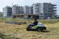 Συνεχίζεται από τον Δήμο, η κοπή χόρτων σε πλατείες και σχολεία της Πάτρας!