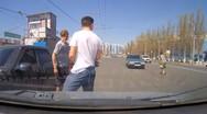 Γυναίκα διασχίζει λεωφόρο στη Ρωσία σαν να μη τη νοιάζει τίποτα (video)
