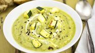 Συνταγή για κρύα σούπα με ντομάτα, κολοκυθάκι και βασιλικό