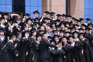 Κινέζοι φοιτητές στριμώχνονται για μια selfie με τον Γιώργο Παπανδρέου