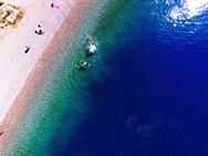 Η παραλία της Αχαΐας με τα κρυστάλλινα νερά και το αμέτρητο βάθος (video)