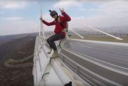 Τολμηρός Γάλλος κάνει τσουλήθρα σε γέφυρα (video)