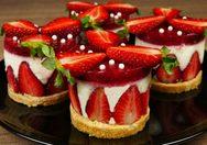 Ελαφρύ επιδόρπιο με ζελέ φράουλα, φρούτα και μπισκότο