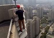 Κίνα: Εντυπωσιάζουν τα κόλπα 21χρονου σε ουρανοξύστη (video)