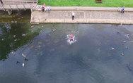 Έπιασε το drone λίγο πριν πέσει στο νερό (video)