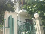 Αυτό είναι το σπίτι που 'έκρυβε' τον Κώστα Μπαρμπαρούση (φωτο)