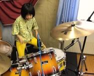 8χρονη ντράμερ παίζει Led Zeppelin και εντυπωσιάζει (video)
