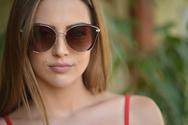 Δύο κούκλες φωτογραφίζονται με γυαλιά ηλίου από το Hotstyle!