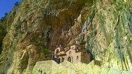 Το μοναστήρι της Αιτωλοακαρνανίας που είναι 'καρφωμένο' ανάμεσα σε θεόρατους βράχους (φωτο+video)