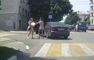 Γυναίκες τσακώνονται άγρια στη μέση του δρόμου (video)