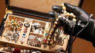 Δυτική Ελλάδα: 'Τρύπωσαν' σε σπίτι και πήραν λίρες και κοσμήματα