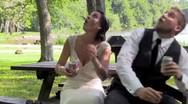 Νιόπαντρο ζευγάρι γύριζε ρομαντικό βίντεο όταν έπεσε ένα δέντρο πάνω του (video)